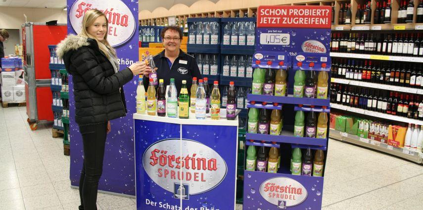 Bettina Irgel lädt derzeit in den Getränkemärkten der Region zum Verkosten der neuen Förstina Produkte ein.