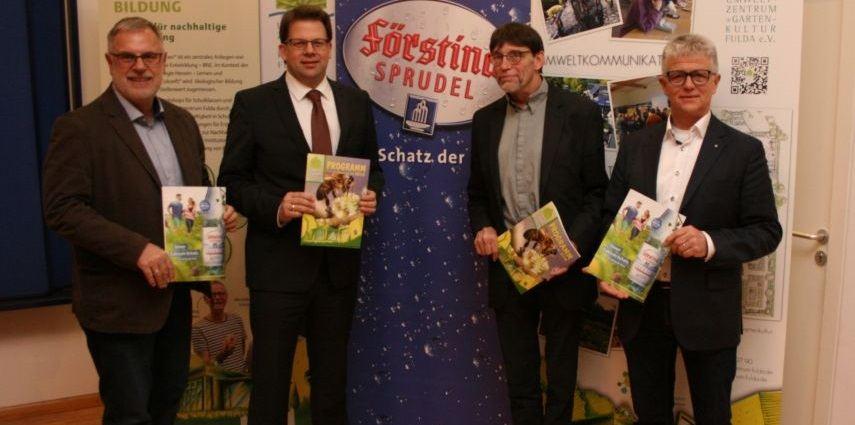 Fuldas Oberbürgermeister Dr. Heiko Wingenfeld und Volker Strauch (Geschäftsführer des Umweltzentrums) dankten Gerhard Bub und Peter Seufert von Förstina Sprudel für die 20-jährige Zusammenarbeit.
